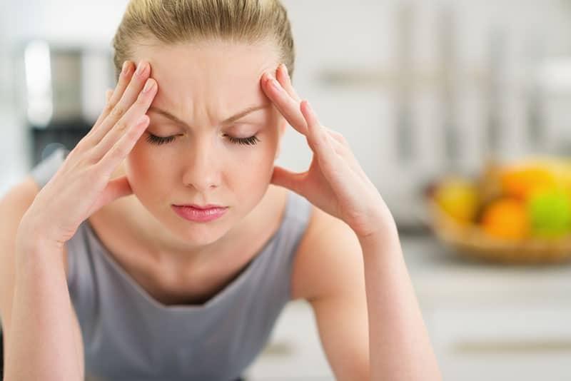 gestresste Frau hält für ihren Kopf