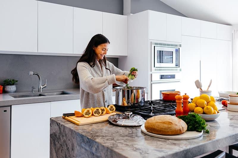 glückliche Frau kochen