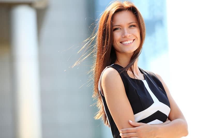 glückliche Frau posiert
