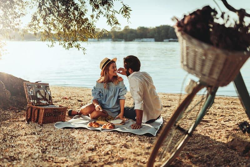 glückliches Paar genießt Picknick