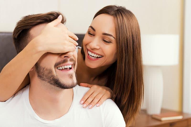 hübsche Frau überrascht ihren Freund
