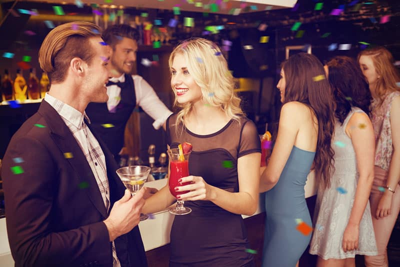 junger Mann flirtet mit Frau im Club