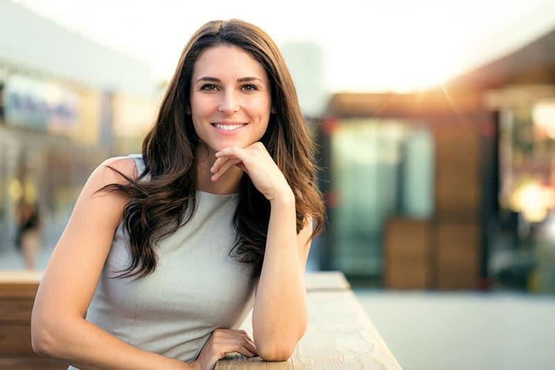 lächelnde Frau, die draußen aufwirft