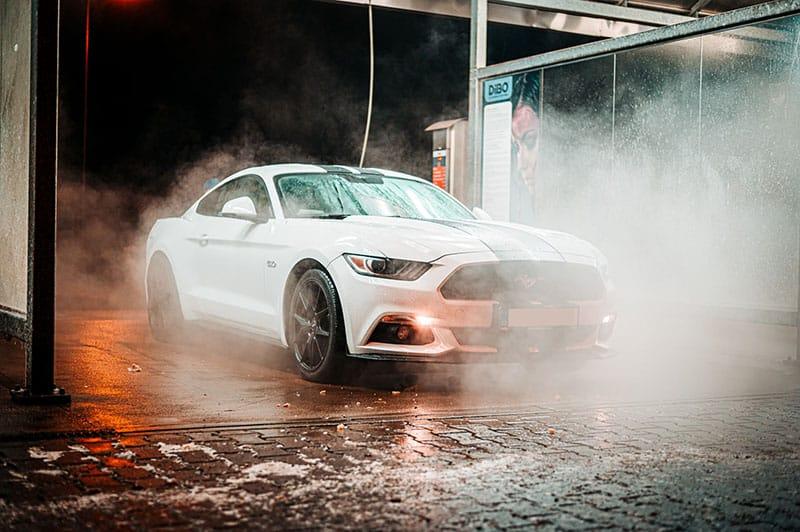 weißes Auto in Autowaschanlage