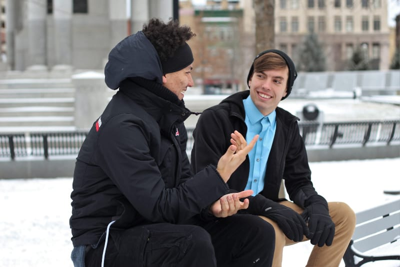 zwei Freunde unterhalten sich auf einer Bank(1)