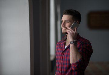 Ein junger Mann telefoniert