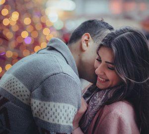 Ein Mann flüsterte seiner lächelnden Freundin zu