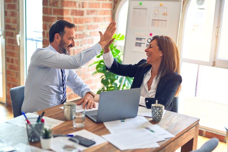 Arbeitskollegen freuen sich auf Erfolg