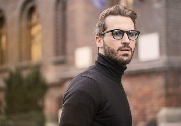 Ein Mann mit Brille steht