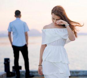 Ein liebendes Paar bricht eine Liebesbeziehung auf dem Pier ab