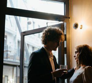 Ein Mann, der mit einer gleichgültigen Frau flirtet