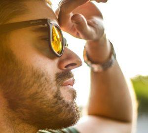 Porträt eines Mannes mit Sonnenbrille