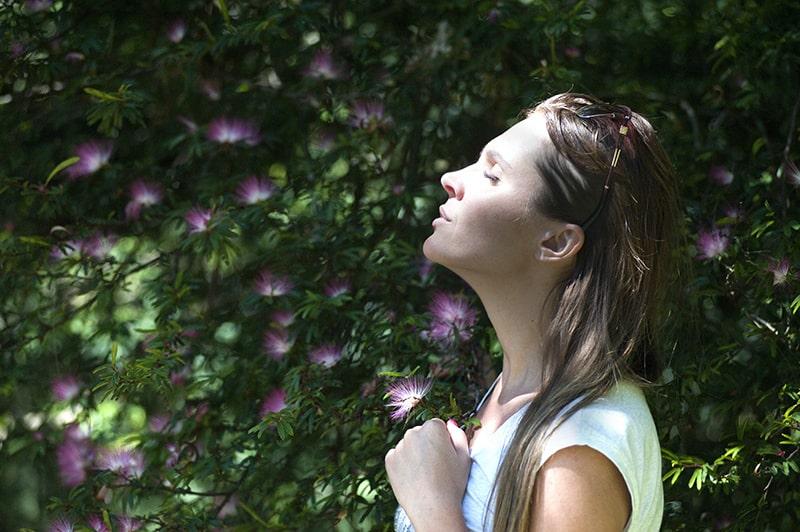 Eine Frau mit geschlossenen Augen wandte sich der Sonne zu