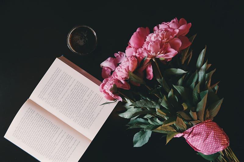 Buch mit Blumen auf dem Tisch