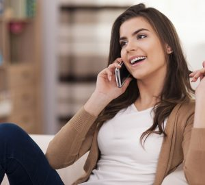 junge Frau am Telefon sprechen