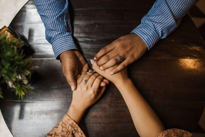 Die Hände von Mann und Frau werden gehalten