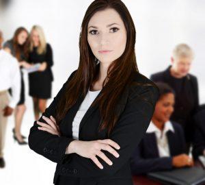 eine Geschäftsfrau, die im Büro steht