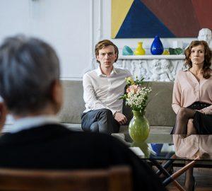ein Paar sitzt auf der Couch vor dem Paarberater