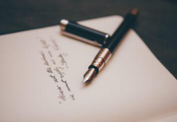 ein Brief auf einem Tisch stehen
