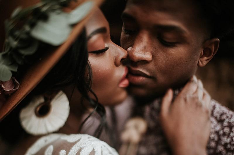 Ein Mann küsste eine Frau, die seinen Hals berührte