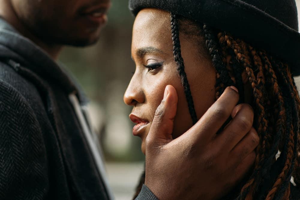 Ein Mann streichelt das Gesicht einer Frau