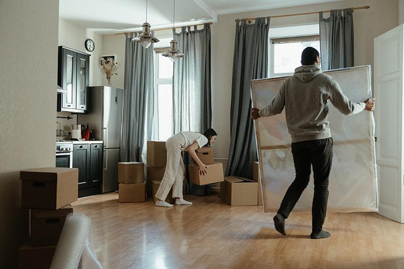 Ein Mann und eine Frau packen Sachen aus einer Wohnung