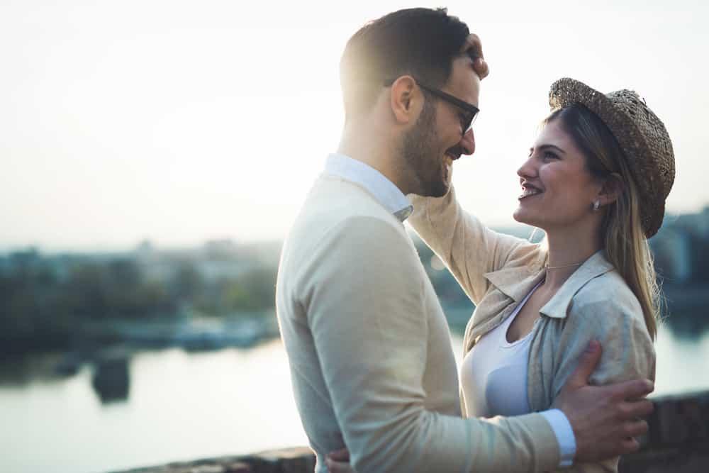 Ein Mann und eine Frau sehen sich an