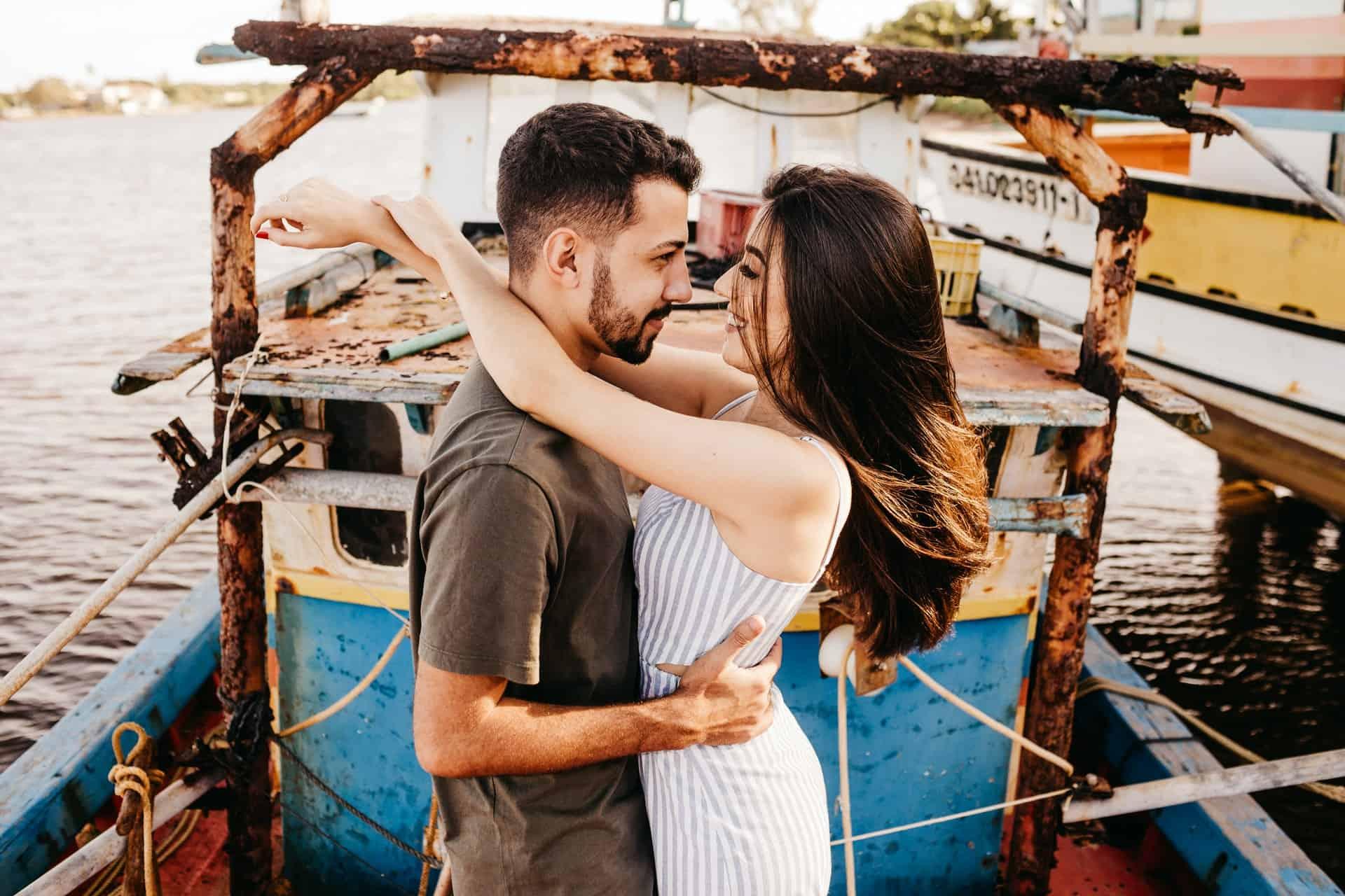 Ein Mann und eine Frau stehen auf dem Schiff