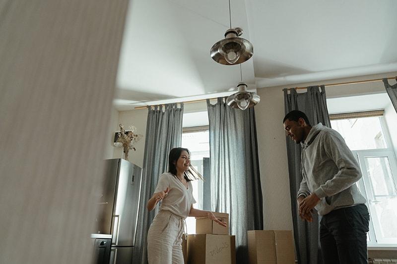 Ein Mann und eine Frau tanzen in der Wohnung