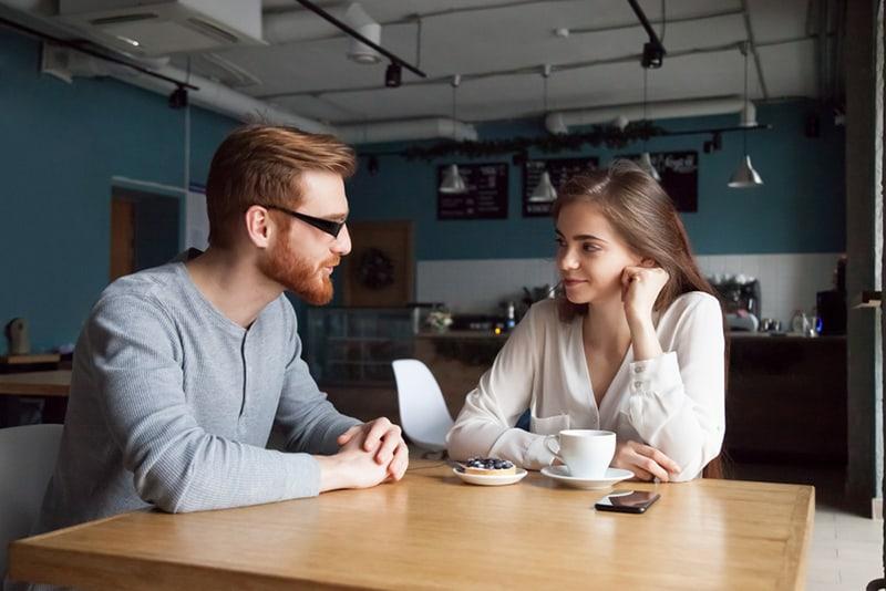 Ein Mann und eine Frau unterhalten sich im Café