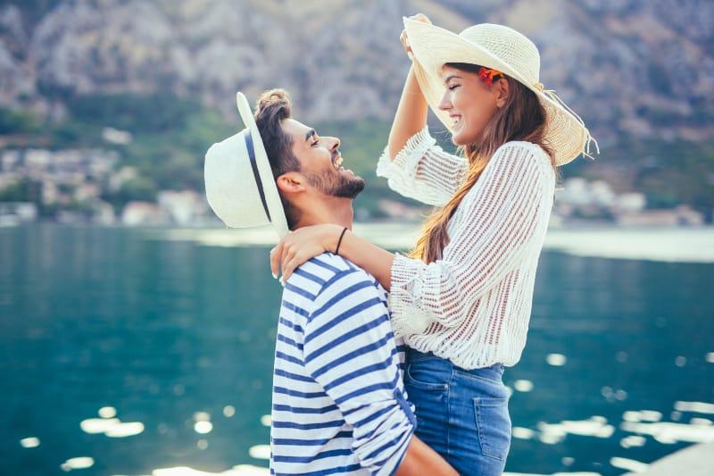 Ein Paar genießt die Sommerzeit