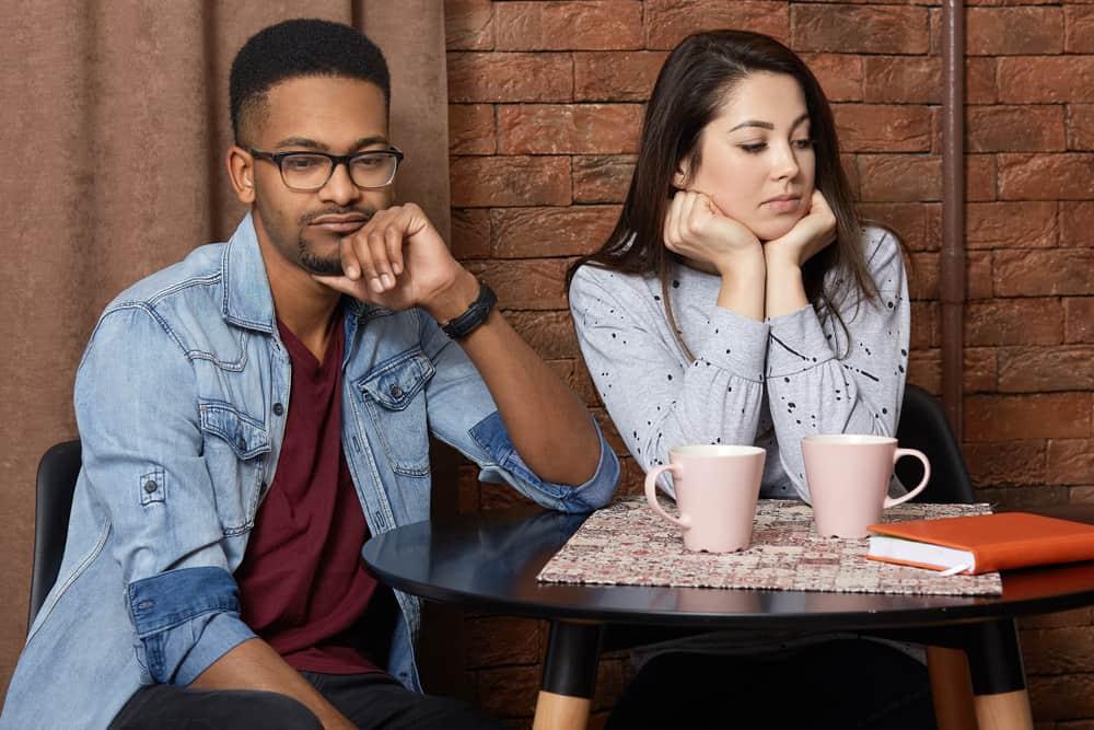 Ein liebendes Paar sitzt nach einem Streit in einem Café