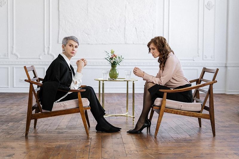 Eine Frau, die mit einer Eheberaterin spricht, während sie sich gegenüber sitzt