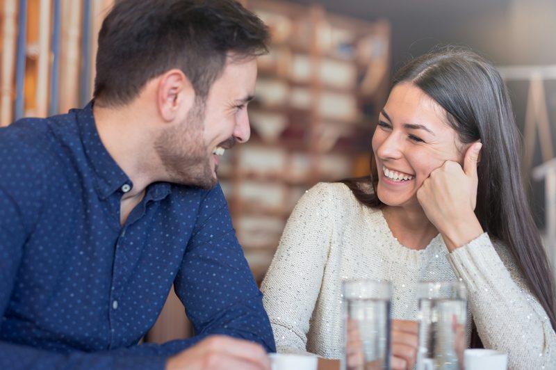 Eine Frau und ein Mann unterhalten sich am Tisch