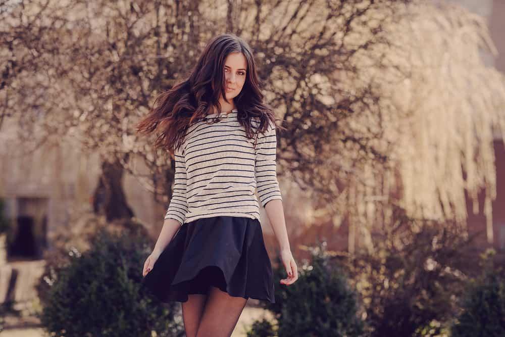 Eine junge schöne Frau geht durch den Park