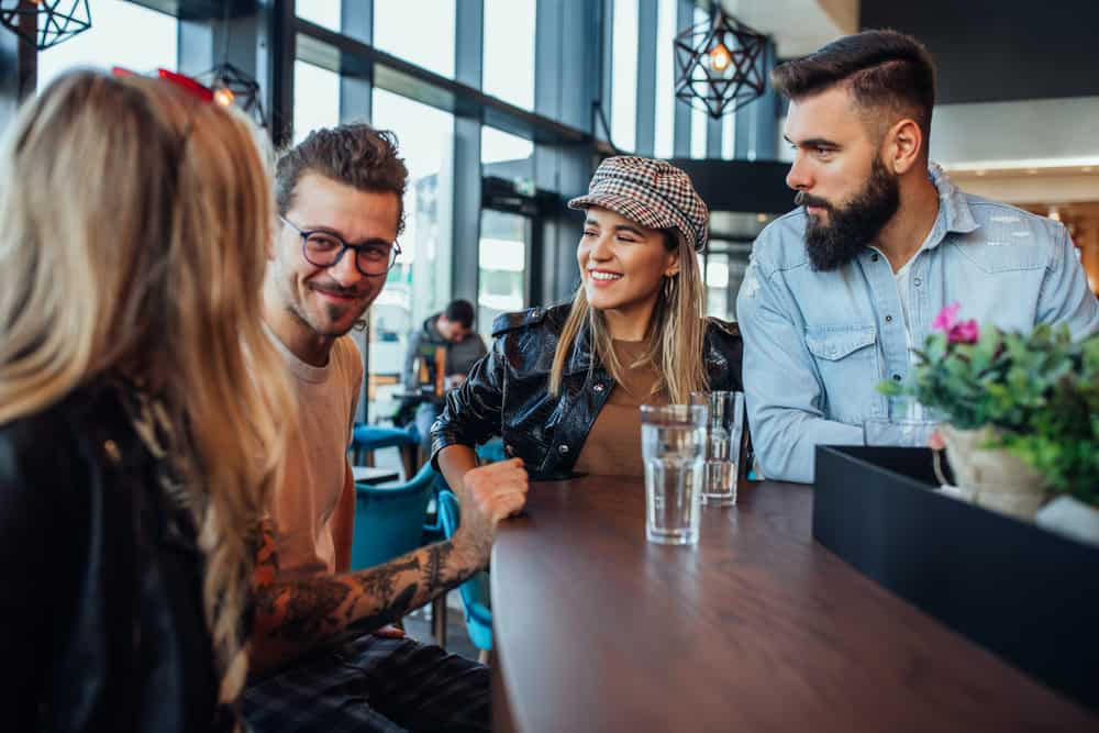Eine lächelnde Gesellschaft spricht an der Bar