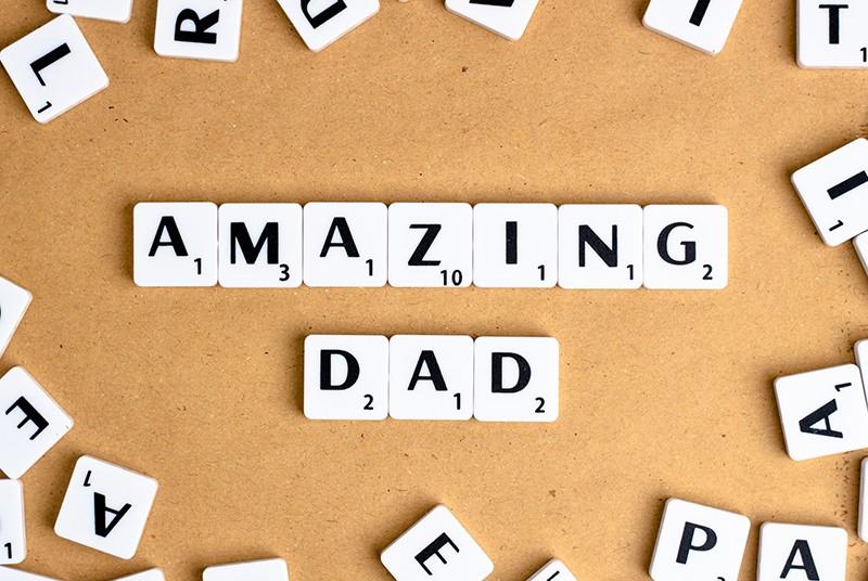Erstaunlicher Vater in der englischen Sprache gemacht mit Buchstabenblöcken auf der Holzoberfläche