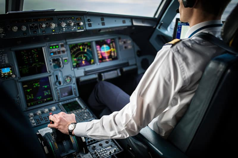 Flugzeugpilot sitzt in seiner Kabine