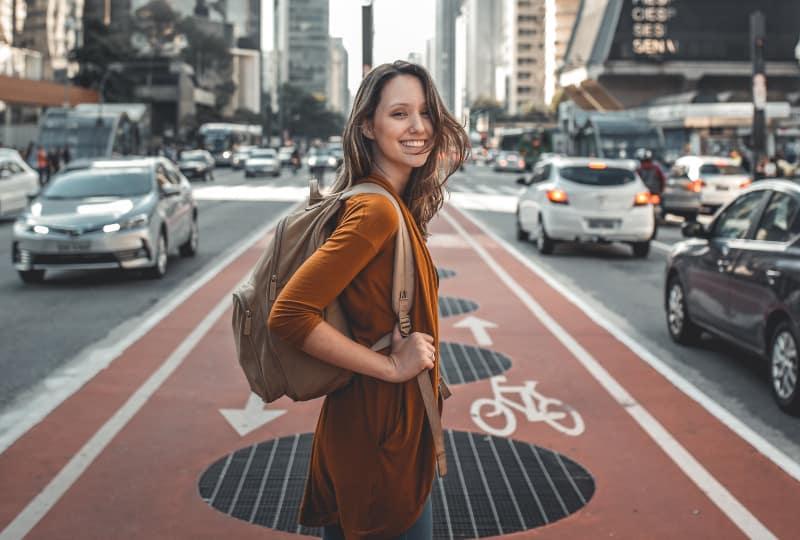 Frau, die auf Straßenmitte steht