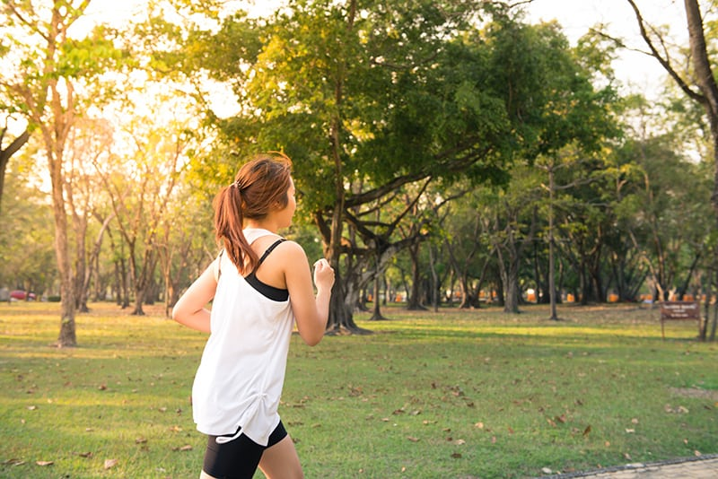 Frau läuft im Park während des Tages