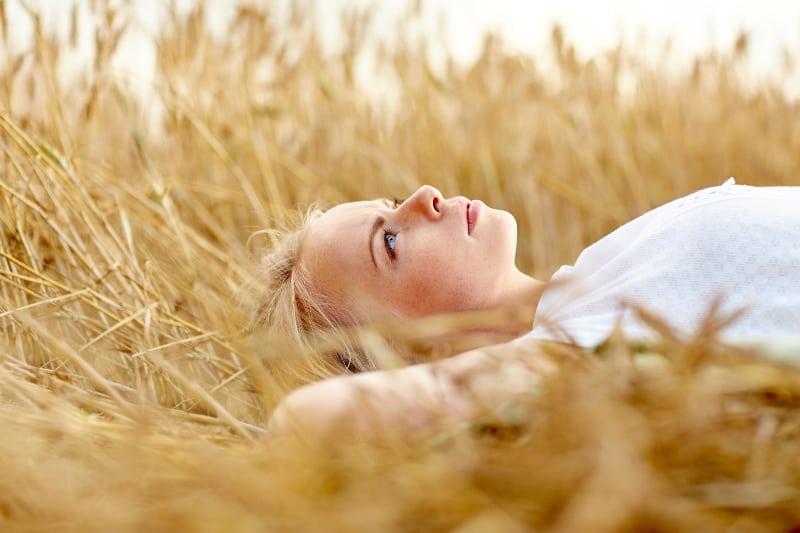 eine Frau im Gras liegen