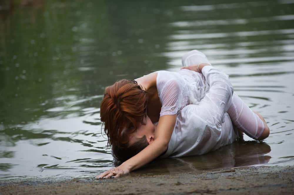 In den Untiefen am Ufer liebt sich ein junges verliebtes Paar