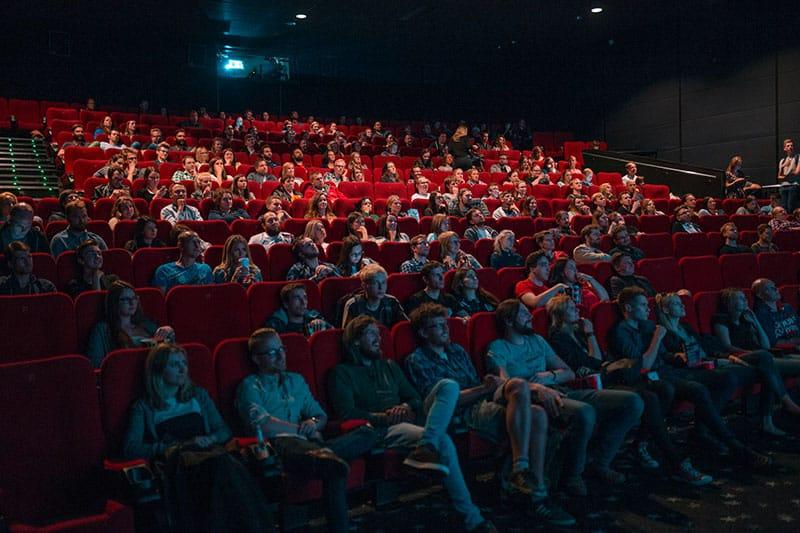 Leute im Kino schauen sich einen Film an
