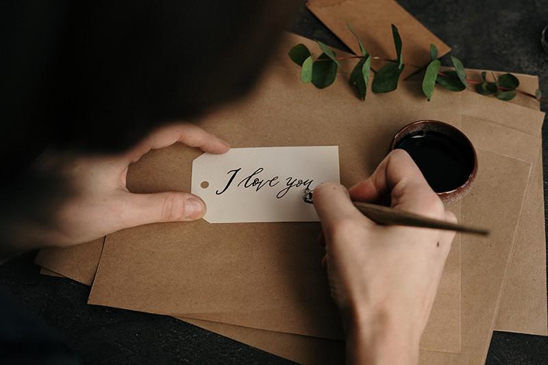 Frau, die einen Liebesbrief schreibt