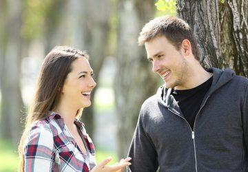 Ein lächelnder Mann und eine Frau unterhalten sich