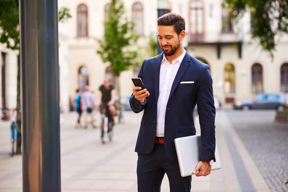 Mann auf der Straße Taste am Telefon