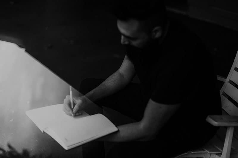 Mann schreibt ein Gedicht im Dunkeln