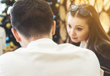 ein Mädchen, das mit einem Mann spricht