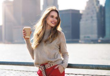 eine Frau mit Kaffee zum Tragen