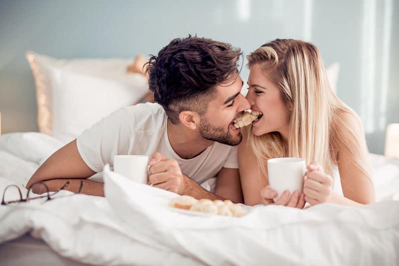 Paar frühstückt im Bett